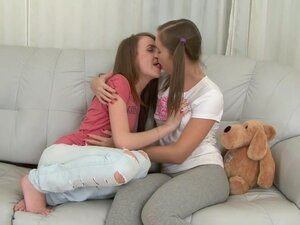 lesbo girls kissing